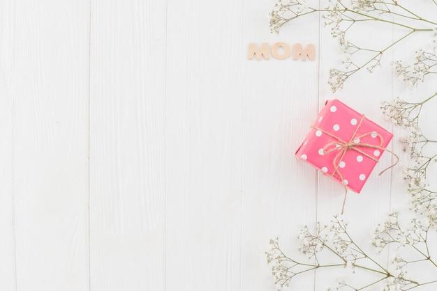 Mãe de palavra com caixa de presente e flores