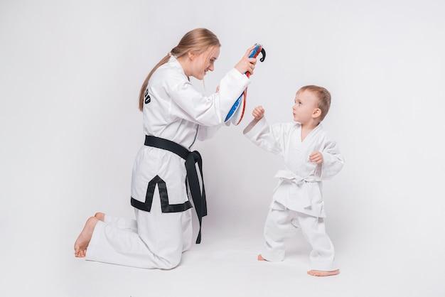 Mãe de seu filho praticando artes marciais em branco