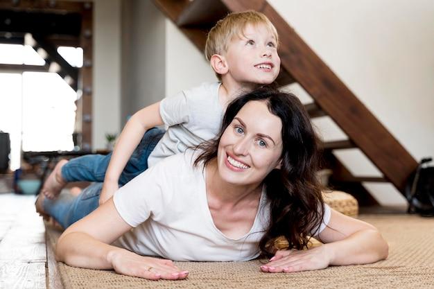 Mãe de tiro médio com criança sorridente