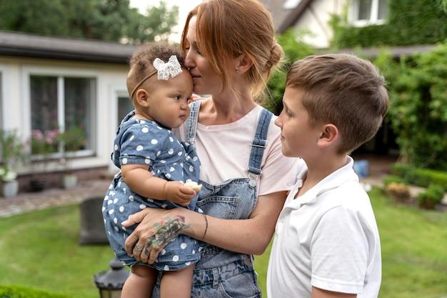 Mãe de tiro médio e filhos bonitos