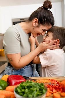 Mãe de tiro médio olhando para criança