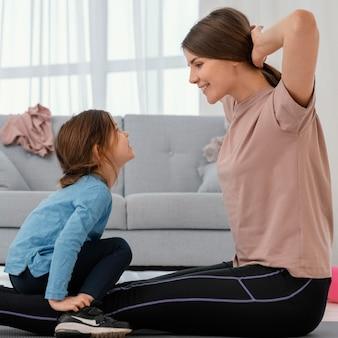 Mãe de tiro médio treinando com criança