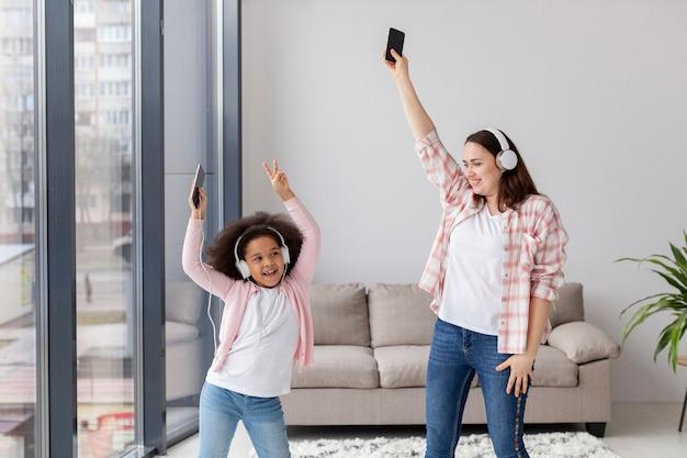 Mãe de vista frontal dançando com a filha