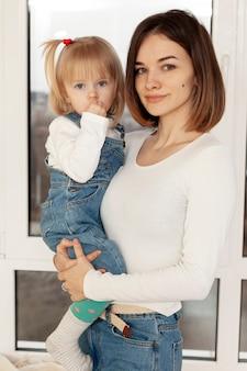 Mãe de vista lateral abraçando filha