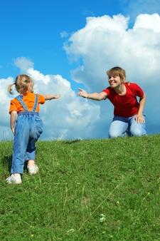 Mãe demora mão filha ajuda a subir colina