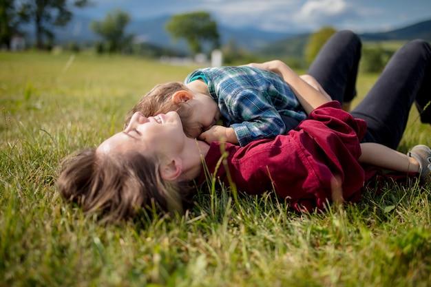 Mãe, divirta-se, com, um, filho, ligado, um, prado, em, montanhas