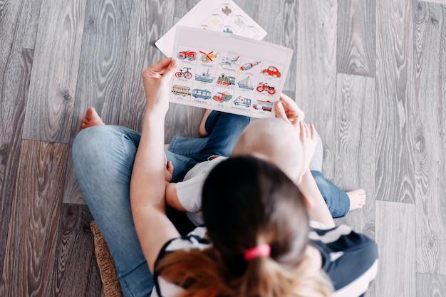 Mãe e bebê aprendendo o livro de ensino