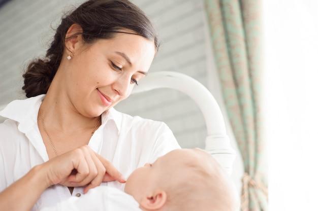 Mãe e bebê brincando e abraçando.