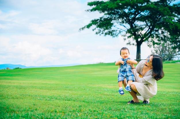 Mãe e bebê brincando na grama