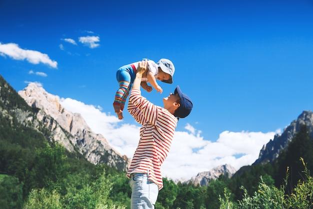 Mãe e bebê com montanhas em um fundo família passa as férias de verão nas dolomitas