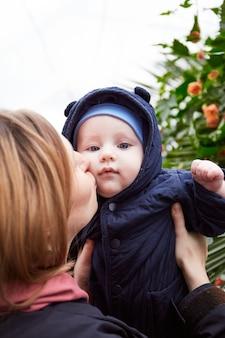 Mãe e bebê curtindo o tempo juntos no laranjal