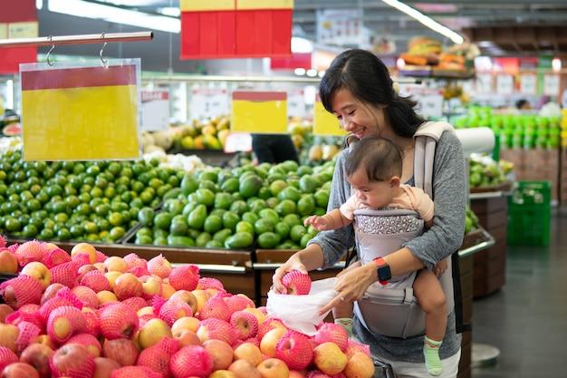 Mãe e bebê de compras
