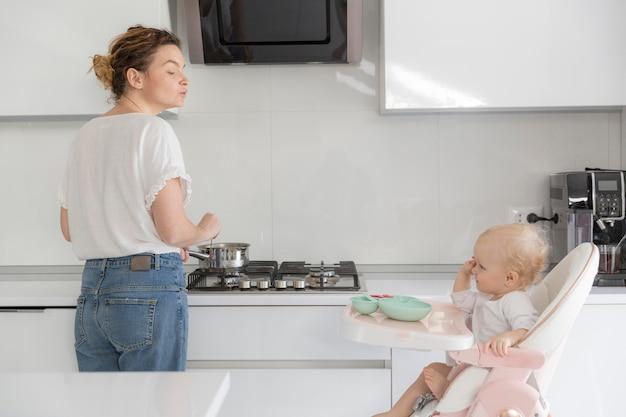 Mãe e bebê juntos na cozinha