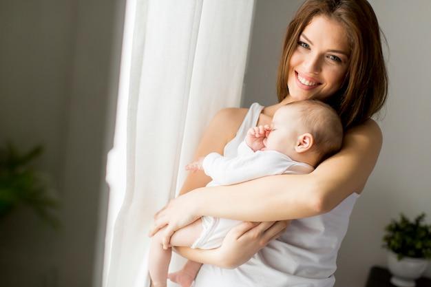 Mãe e bebê menina no quarto