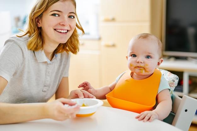 Mãe e bebê menino durante a alimentação