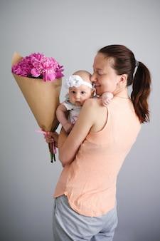 Mãe e bebê recém-nascido cara a cara