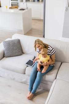 Mãe e bebé usando o telefone móvel