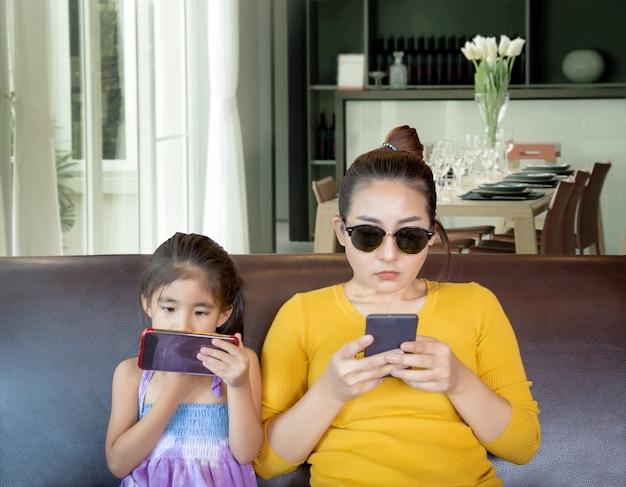 Mãe e criança celular viciado
