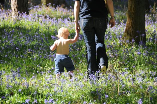 Mãe e criança na floresta.