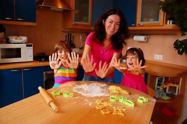 Mãe e duas filhas assando juntos
