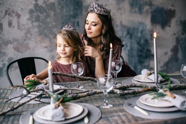 Mãe e filha à imagem da rainha e da princesa f