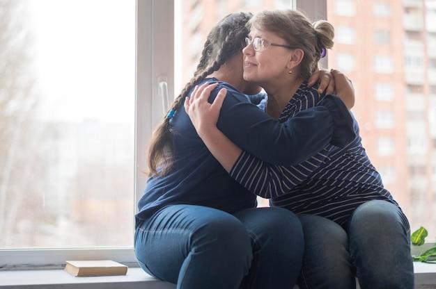 Mãe e filha abraçando