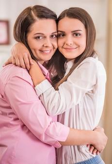 Mãe e filha adolescente em casa juntos.