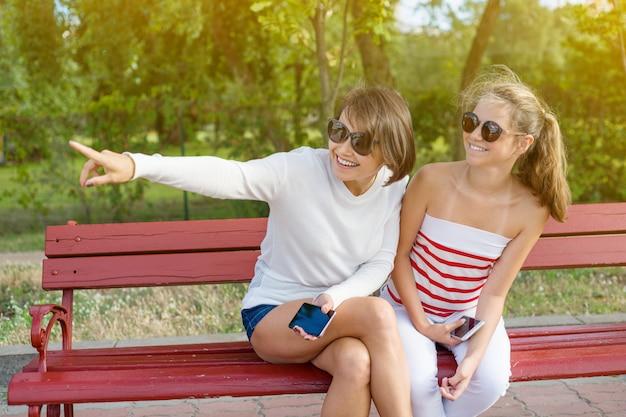 Mãe e filha adolescente falando