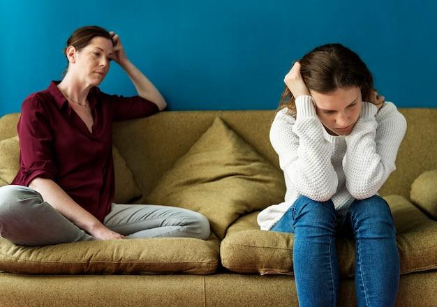 Mãe e filha adolescente tendo um argumento