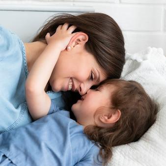 Mãe e filha amam close-up