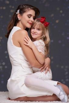 Mãe e filha apaixonadas se abraçando
