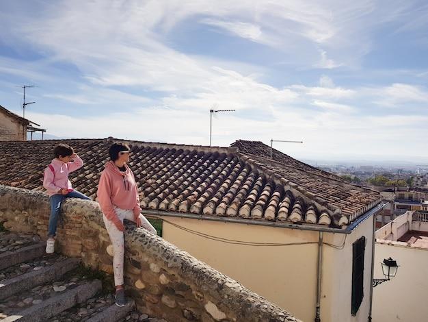 Mãe e filha apreciando as vistas de granada do bairro realejo.