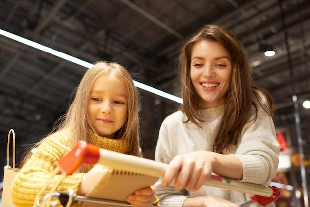 Mãe e filha às compras no supermercado
