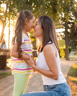 Mãe e filha asiática sendo próximas