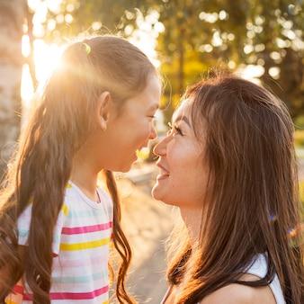 Mãe e filha asiática tendo um momento fofo