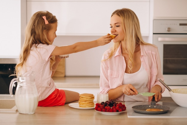Mãe e filha assando panquecas