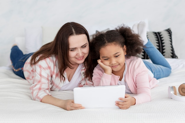Mãe e filha assistindo desenhos animados juntos