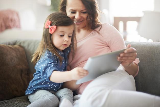 Mãe e filha assistindo vídeo em um tablet