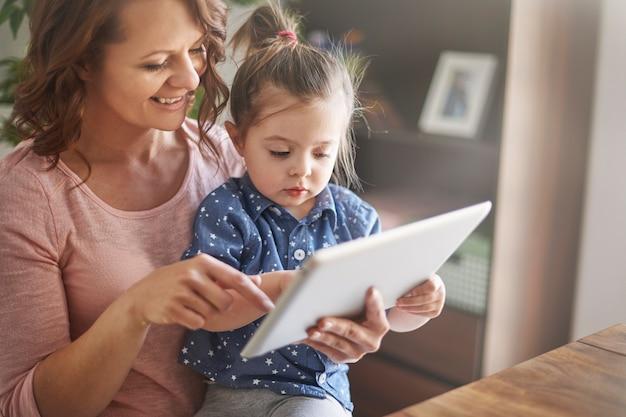 Mãe e filha assistindo vídeos juntas