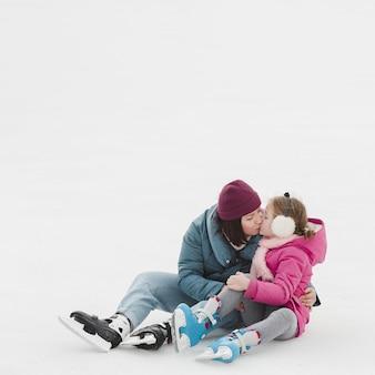 Mãe e filha beijando cópia espaço