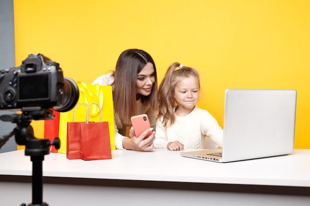 Mãe e filha, blogueira, fazendo um vídeo para um blog.