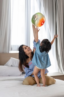 Mãe e filha brincando com bola