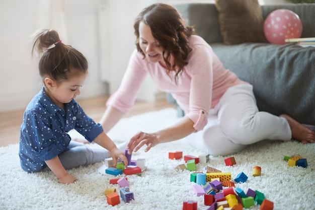 Mãe e filha brincando com brinquedos