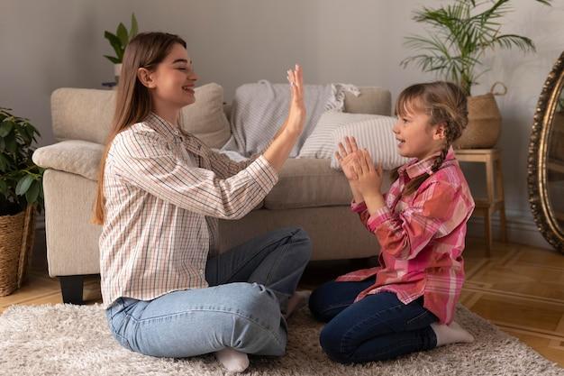 Mãe e filha brincando em casa