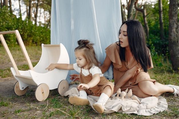 Mãe e filha brincando em um campo de verão