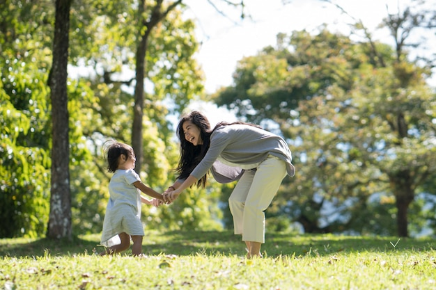 Mãe e filha brincando no parque