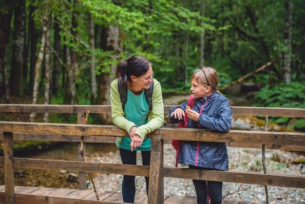 Mãe e filha, caminhadas na floresta