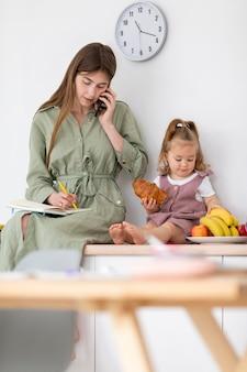 Mãe e filha com comida