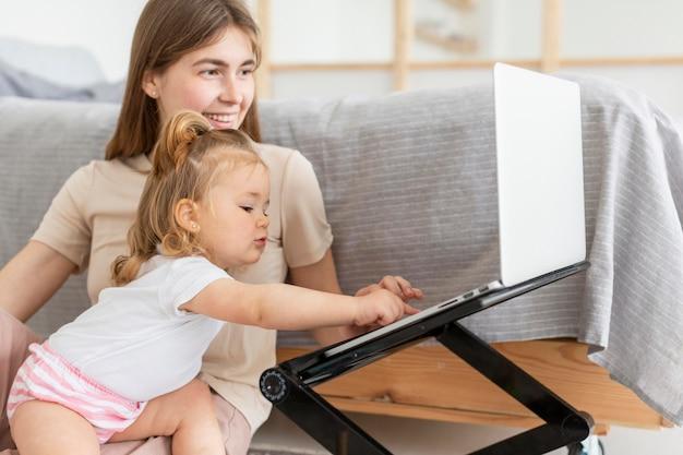 Mãe e filha com laptop