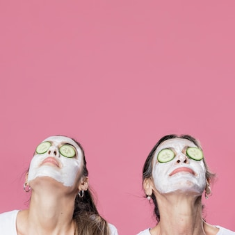 Mãe e filha com máscara facial